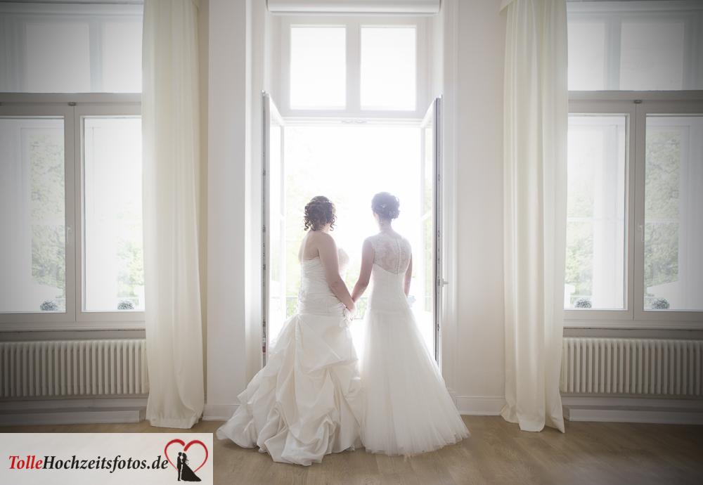 Die beiden Bräute romantisch an einem Fenster
